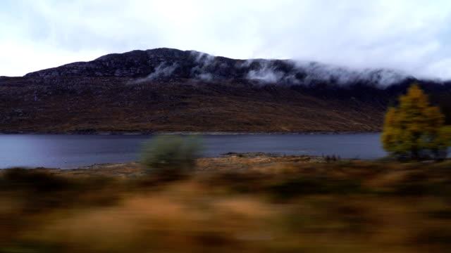 Vue de paysage de Road Trip dans les Highlands, Ecosse, Royaume-Uni pris en voiture