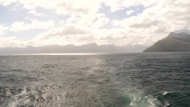 vídeos de stock, filmes e b-roll de landscape view of patagonian fyords from a boat - passear sem destino