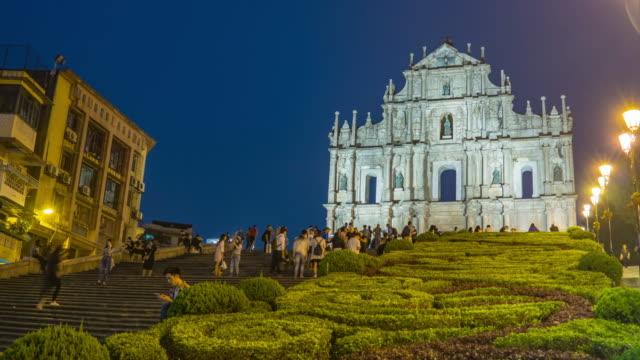 Landschaftsansicht der St. Paul Kathedrale Ruinen mit Touristen in Macao (Macau)