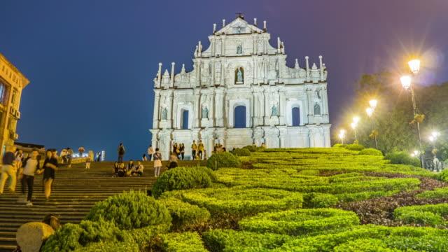 Landschaftsansicht der St. Paul Cathedral Ruinen mit Touristen in Macau (Macao)
