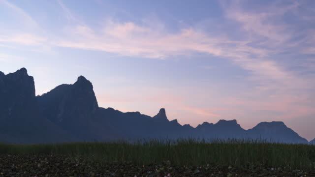 日の出のある美しい湿地の風景図、ブエンブア自然観察センター、サム・ロイ・ヨート、タイ - 自然美点の映像素材/bロール