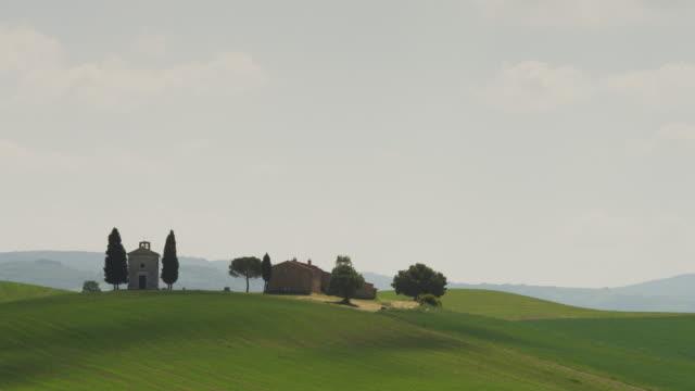 vidéos et rushes de ws pan landscape with farm houses on hill / tuscany - toscane
