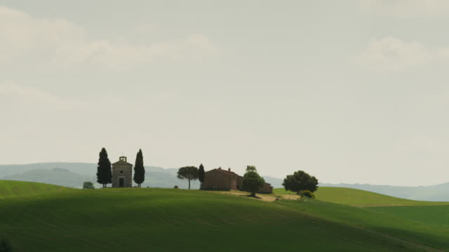 ws pan landscape with farm houses on hill / tuscany - hill stock videos & royalty-free footage