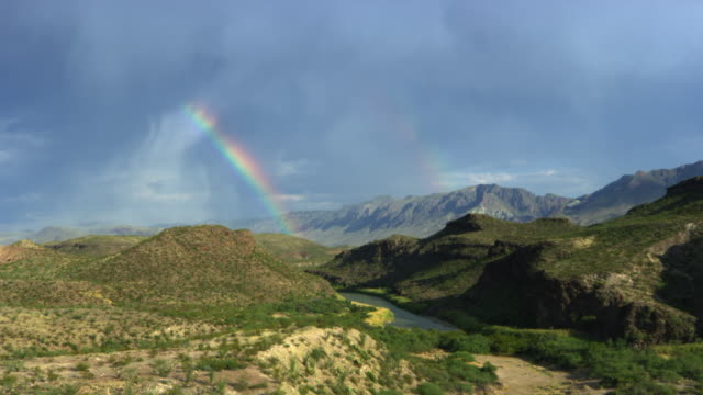 vídeos de stock e filmes b-roll de landscape with rainbow in big bend national park - 30 segundos ou mais