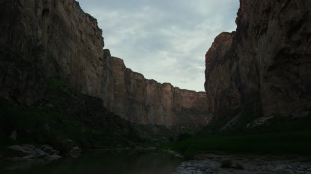 landscape with river between cliffs at big bend national park - river bend land feature stock videos & royalty-free footage