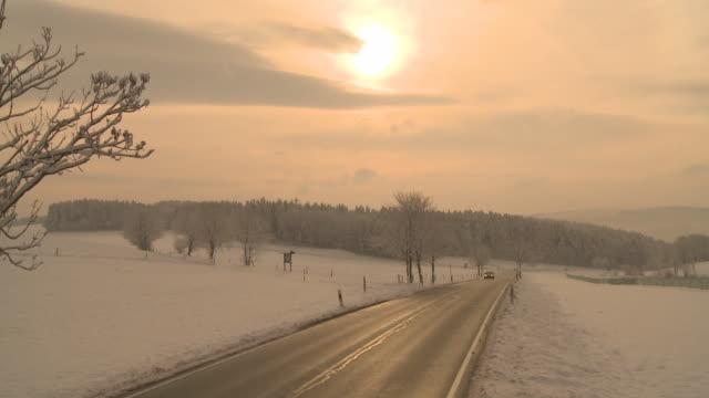HD CRANE: Landstrasse in Winterlandschaft