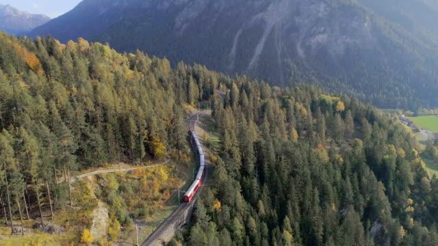 landwasser viadukt tunnel am bernina pass glacier express in der schweiz - schienenverkehr stock-videos und b-roll-filmmaterial