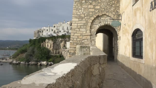 lane via ripe along vieste town over the adriatic sea - mare adriatico video stock e b–roll