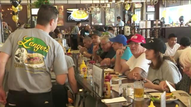 vídeos de stock e filmes b-roll de langer's delicatessen-restaurant. - agrafo