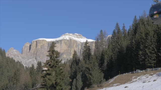 langkofel and cable cars in canazei on sunny day in winter, province of trento, italian dolomites, italy, europe - canazei video stock e b–roll