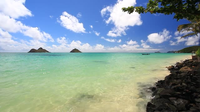 lanikai beach, and the mokulua islands. - horizon点の映像素材/bロール