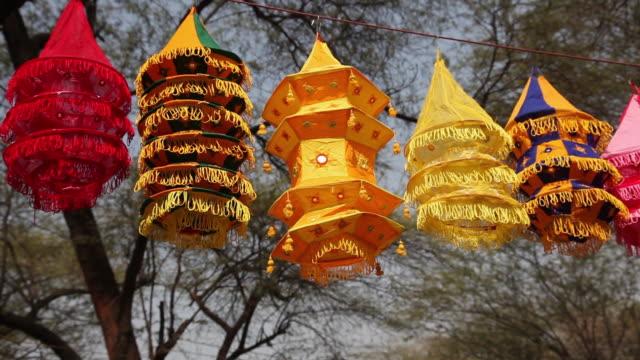 vidéos et rushes de lantern hanging on a shop in a fair   - groupe moyen d'objets