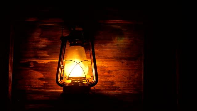 laterne lampe in der nacht - elektrische lampe stock-videos und b-roll-filmmaterial