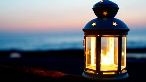vidéos et rushes de lanterne sur la plage à ciel crépusculaire - lanterne