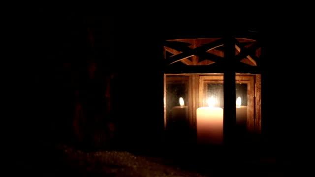 vidéos et rushes de lanterne avec une bougie dans la forêt d'hiver pendant la nuit. - bougie