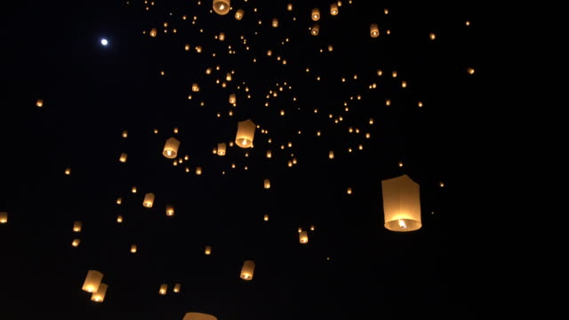 lanterns flying in the sky during chiang mai lantern festival - ランプ点の映像素材/bロール