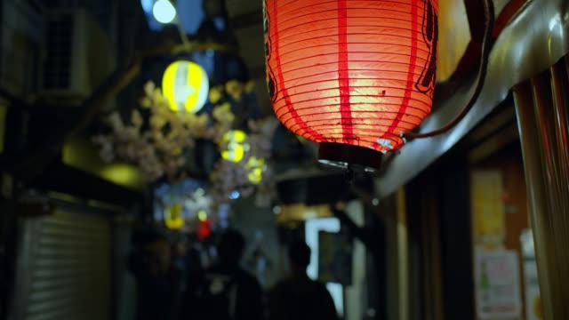 vídeos de stock e filmes b-roll de lanterns swaying in tokyo alleyway - beco