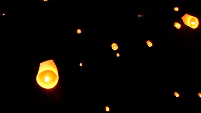 vídeos de stock e filmes b-roll de lanterns, yee peng festival (yi peng) chiang mai, thailand. hd - lanterna