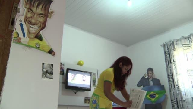 stockvideo's en b-roll-footage met lanzan gritos estridentes y rozan la histeria cerca de los centros de entrenamiento y de los hoteles donde se alojan los jugadores brasilenos - 2014