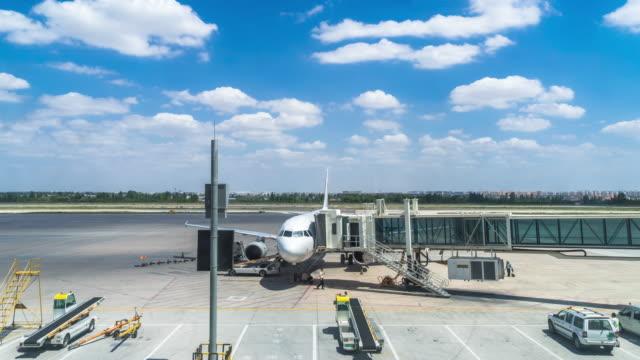 vídeos y material grabado en eventos de stock de aeropuerto de lanzhou con plano de embarque. lapso de tiempo - embarcar