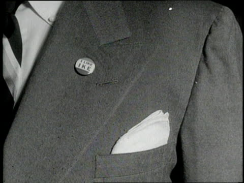 vidéos et rushes de lapel pins and signs announce i like ike during the 1952 republican national convention. - 1952