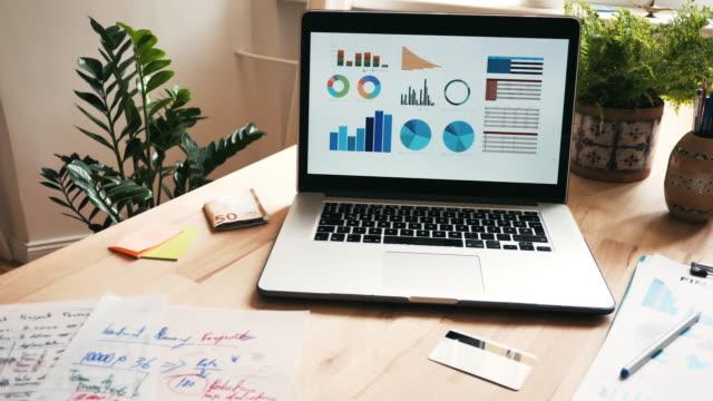 laptop- und finanzgeschäft zu hause - 4k-video - arbeitsstätten stock-videos und b-roll-filmmaterial