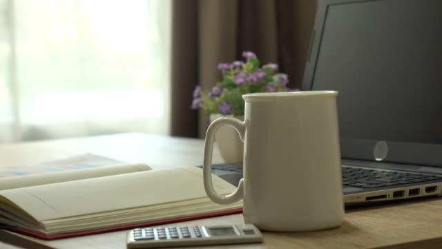 Laptop und heißen Kaffee