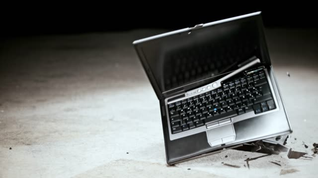 slo mo ld ノート パソコンの床を打つ後要素に分割 - 全壊点の映像素材/bロール