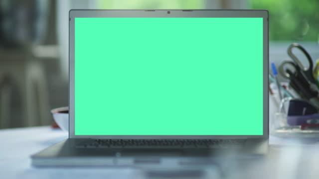 ラップトップ クロマキー - ロゴマーク点の映像素材/bロール