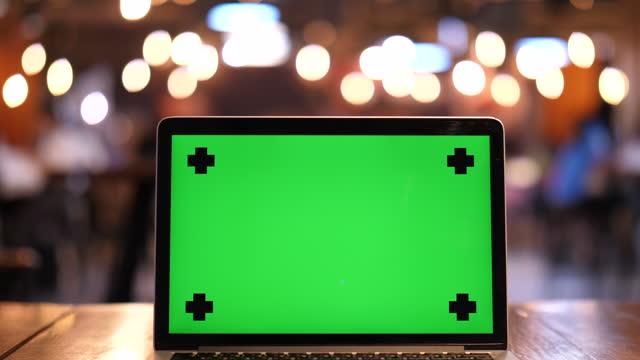 vidéos et rushes de ordinateur portable dans l'écran vert zoom arrière - zoom arrière