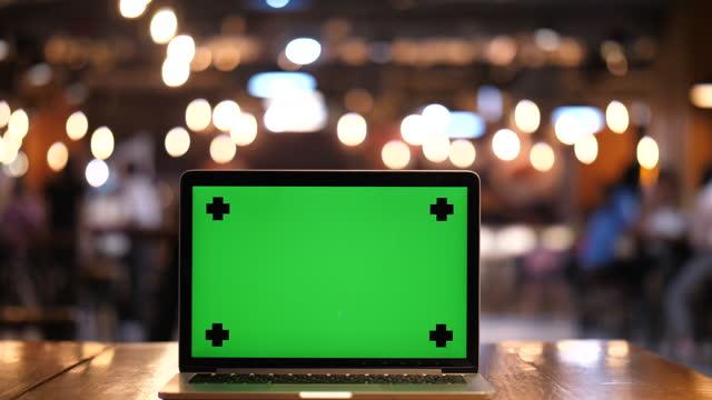 vidéos et rushes de ordinateur portable dans l'écran vert zoom arrière - zoom out