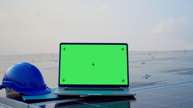 vídeos de stock, filmes e b-roll de laptop computador com tela verde em branco na planta painéis solares - geração de combustível e energia