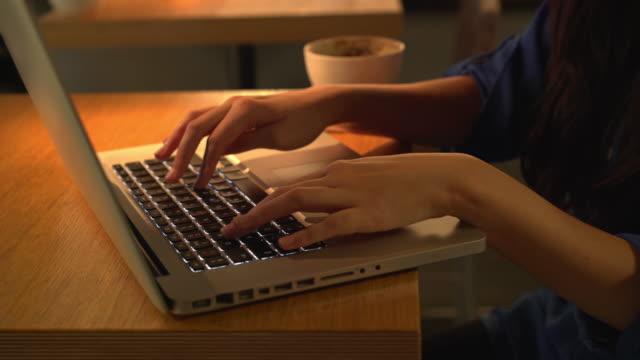 Laptop, die Hände Tippen, in der Nähe.