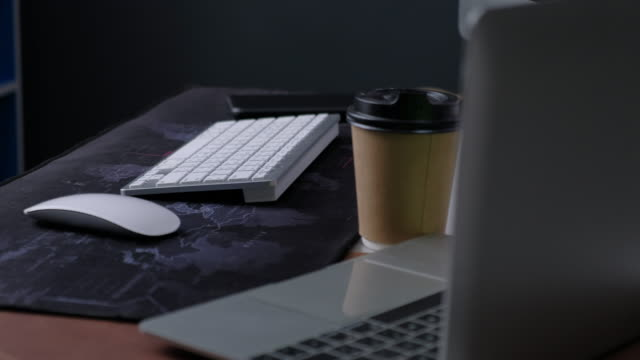 laptop on office desk a coffee cup - figura maschile video stock e b–roll