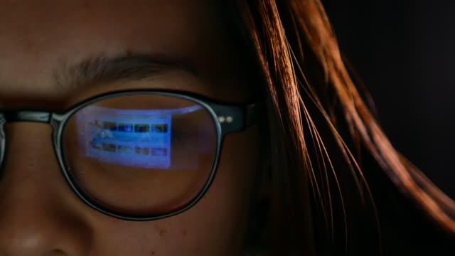 stockvideo's en b-roll-footage met laptop reflecteren in brillen - sociaal netwerk