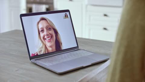 vídeos y material grabado en eventos de stock de pantalla del ordenador portátil que muestra a un médico asiático hablando tratando a un paciente a través de una videollamada - de ascendencia europea