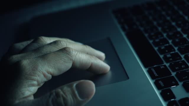vídeos de stock, filmes e b-roll de notebook touchpad para mover o cursor - touchpad