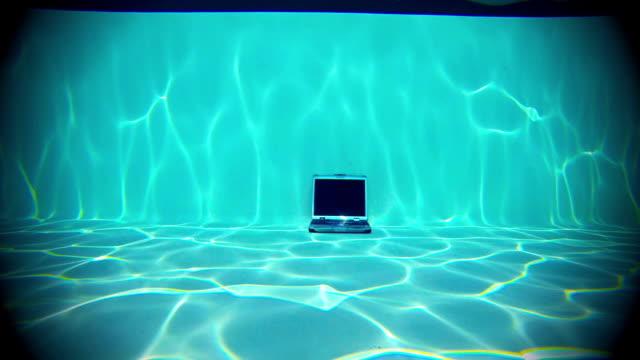 Laptop Unterwasser in einem Swimmingpool