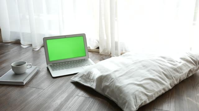 ない人のリビング ルームで緑色の画面でノート パソコン - 本棚点の映像素材/bロール