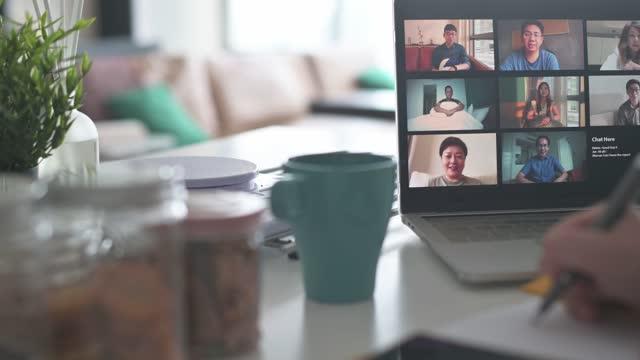 vidéos et rushes de ordinateur portable avec vidéoconférence d'écran sur le compteur de cuisine avec le téléphone intelligent, garniture de note - panning