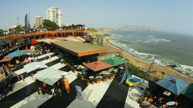t/l, ha, ws, larcomar shopping center overlooking the pacific ocean, miraflores, lima, peru - リマ点の映像素材/bロール
