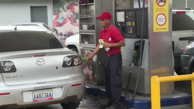 largas filas de automovilistas esperaban el jueves poder abastecer gasolina en las principales ciudades de venezuela mientras el gobierno asegura que... - gasolina stock videos & royalty-free footage