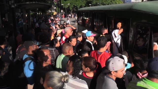 largas filas de pasajeros se formaron el viernes a la espera de los pocos autobuses que circulan en caracas y persistia la confusion en el pago con... - transporte stock videos & royalty-free footage