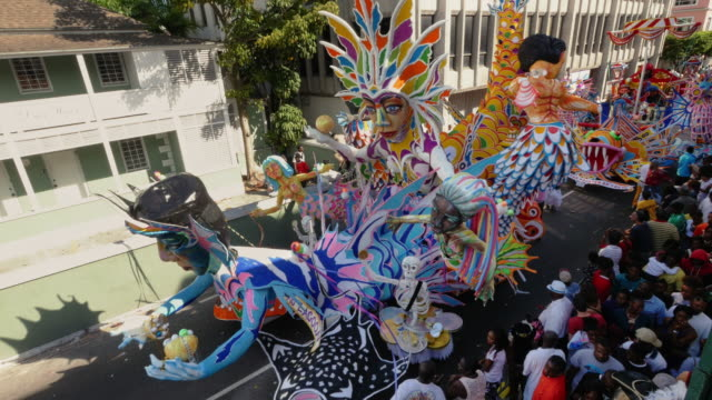 vídeos y material grabado en eventos de stock de large and colorful junkanoo wagon passing by during a new year's street parade in nassau, bahamas - nassau