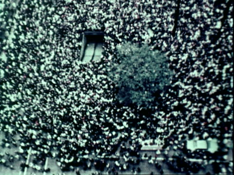 large antiwar promoratorium in vietnam demonstrations / crowd marching at night in washington dc activist coretta scott king marching with candle /... - 1969年点の映像素材/bロール