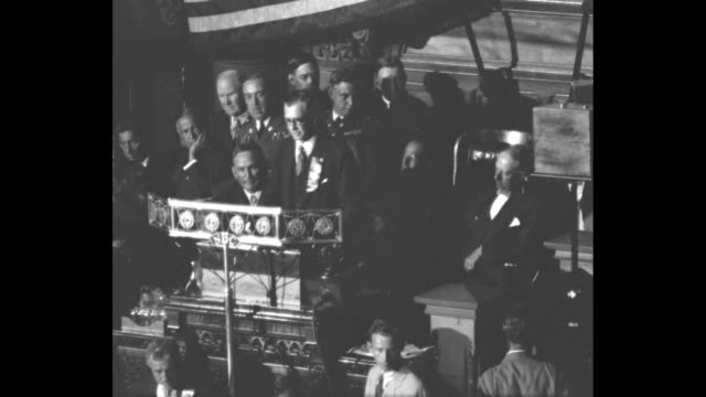 stockvideo's en b-roll-footage met large applauding audience inside the new york state capitol / vs at podium sen key pittman reads nominating speech with gov al smith behind him /... - al smith