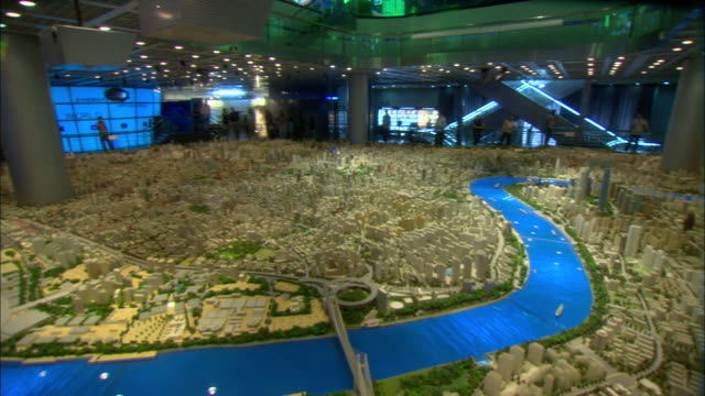 vídeos de stock, filmes e b-roll de ws pan large architectural model of city of shanghai in year 2020 on display at shanghai urban planning museum, shanghai, china - architectural model