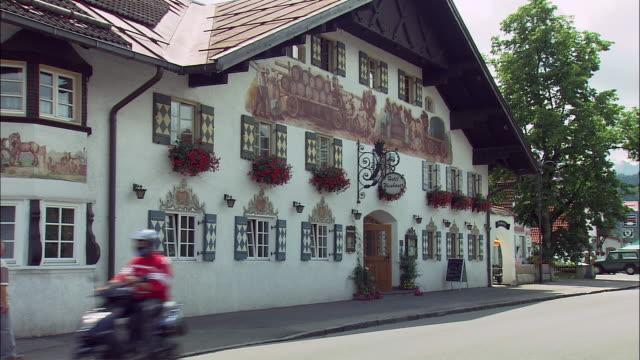 ms large bavarian building in small town, bavaria, germany - ゼラニウム点の映像素材/bロール