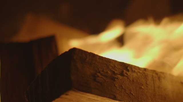 large block of wood burning on campfire - lagerfeuer stock-videos und b-roll-filmmaterial