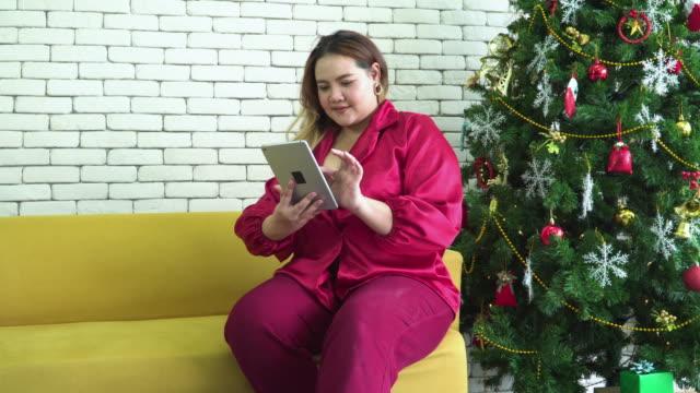 vidéos et rushes de grande femme de construction commandece ce qu'elle veut d'une tablette numérique le jour de noel - de grande taille
